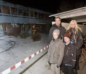 """VAKNADE. Jonny, Cattis och Rasmus Andersson och Rasmus kompis Max Engblom upptäckte branden i radhuslängan och var snabbt ute och bankade på dörrar för att väcka folk. """"Att alla kom ut känns fantastiskt skönt"""", säger Cattis."""
