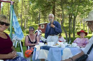 Jon-Olof Olofsson, från grannbyn Tjärnbräcka, föreläste om Valmåsens historia och ortnamnets betydelse för de 35 personer som deltog i sommaraktiviteterna.