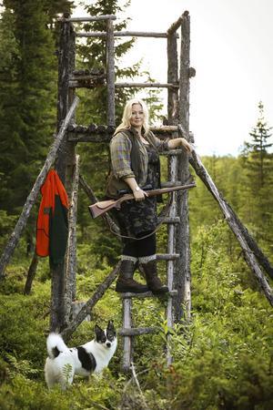 Bitte Qvarngård med hennes Norrbottenspets Frost. Hon jagar i sin skog i västra Jämtland och bor i en jaktkoja under jakten.