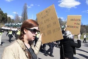 Motdemonstranter håller upp sina plakat när nazistiska Nordiska motståndsrörelsen demonstrerar i Falun på första maj.