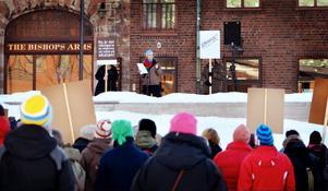Eva Frank, ordförande för Lärarförbundet i Östersund, höll tal inför närmare 200 manifesterande lärare.