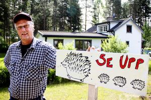 Roger Enberg med skylten som varnar för igelkottar.
