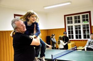 Ralf Nielsen, ledare för Junis, IOGT-NTO:s ungdomsförening, fångar vant upp Elisabeth Larsson när hon kastar sig upp i hans famn.