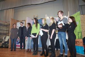 Alla pristagare i kategorin Årets företag samlade på scenen i skolans aula.