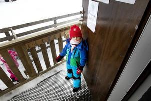 PÅKLÄDD. Walle Jakobsson, fyra år, har snabbt klätt på sig och står och väntar på mamma.Foto: Annakarin Björnström