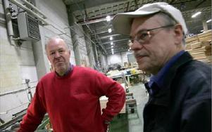 Håkan Persson och Ulf Johansson arbetar i produktionen på Huskomponenter i Linghed.FOTO: ANNIKA BJÖRNDOTTER