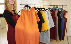 Lisa Backlund med några av sina utställda klädesplagg. Foto: Curt Kvicker