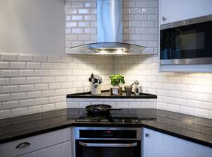 Köket är inrett i lantlig stil och har mycket arbetsyta.