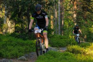 Hudik Triathlons Jonas Sölveskog, tätt följd av klubbkamraten Jon Sjöström