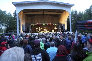 19 juli 2015. Runt 2500 kom för att se Doug Seegers när han besökte Hedes folkpark i sommar. Många gick all in och tog på sig både cowboyhatt och westernkläder.
