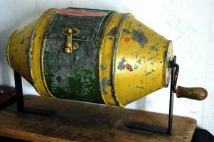 En gammal tombola för lotter finns i huset och används fortfarande.
