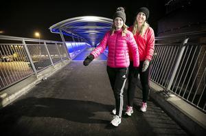 Nya gång- och cykelbron blir utgångspunkten för Sara Elfberg, till vänster, och Johanna Lindbergs gruppromenader för tjejer i alla åldrar.