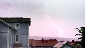 Viktor Lindskog lyckades fånga ett blixtnedslag i norra delarna av Sundsvall. Bilden är tagen från Södermalm.