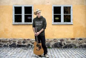 Doug Seegers har knappt hunnit landa i Sverige, men redan spelat in en ny låt.