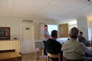 Jonas Olinder på Mellanskog berättade för de samlade i hembygdsgården om de olika alternativen för en timmerterminal i Ljusdal.