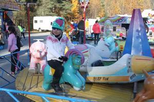 Tindra Leskelä älskar att åka karusell.