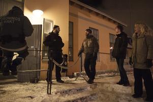 """Vid Oscars är det fortfarande lugnt vid 23.30-tiden när Fransesco """"Cescen"""" Petrusson, Lukas Frisell och Elisabeth Boije stannar för att prata med vakterna."""