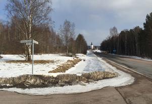 Strax norr om Svärdsjö är den nya tankstationen tänkt att placeras. Från början hoppades den lokala intresseföreningen att anläggningen skulle kunna tas i bruk i samband med att Lasse Berghagen håller sin allsångskväll på gammelgården den 2 juli. Den förhoppningen ser ut att grusas i och med Din X överklagan.