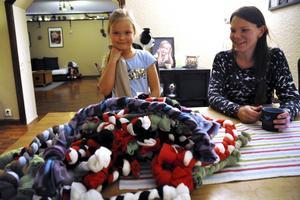 Nora och Mikaela Edvinsson med några av de egengjorda hundleksaker som Nora sålde och därmed kunde köpa sig en egen hund.