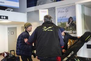 Familj och vänner fanns på plats för att krama om Johan Olsson och de andra. Delar av skidlandslaget har varit på plats i Sotji i över fem veckor.