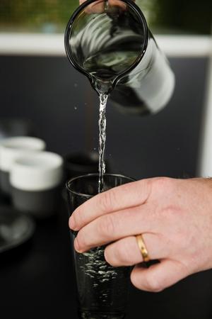 Vattenkaraff i gråtonat glas.