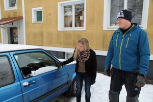 Tack vare Tim Jonsson har Tone Sundberg åter fönsterrutor i sin bil.  – Jag ska köpa en flaska whisky åt dig som tack för hjälpen, säger hon.