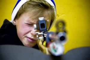 Vladik Dronov siktar och övar upp pricksäkerheten under sportskyttet. – Skitkul, det är kul att sikta och skjuta, säger han.
