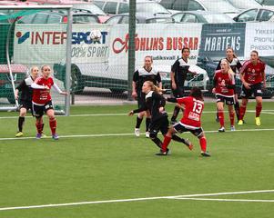 Team Hudiks Jennifer Larsson och Emma Högström (13) i jakt på bollen.