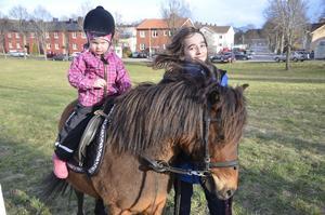 Ridtur. Ponnyridning var en av aktiviteterna som man kunde prova på. Sanna Andersson får hjälp av ledare Albane Montegomery.