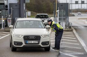 Niklas Modig från polisen i Sundsvall kontrollerar bilister som kommer över Öresundsbron.