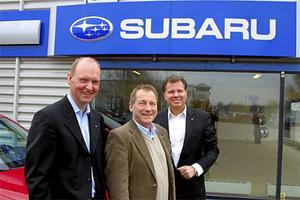 Subaru, ett vinnarmärke igen. Undra på att Fredrik Tottie, marknadschef, Thomas Possling, informationschef och Torbjörn Lillrud, vd, ser mer än belåtna ut.