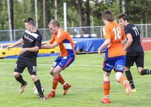 Johan Sköld och Martin Nilsson i kamp om bollen.