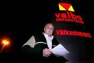 Lars-Erik Wretblad i full gång med att samla in namnunderskrifter mot en utbyggnad av Valbo Köpcentrum. Foto: GUN WIGH