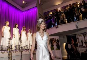 Brudklänningar och bal- och festkläder visades under Lyckliga Storgatans mässa och modevisning.