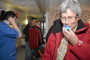 Bor granne. Lisbeth Boo ger sina tänder lite extra omvårdnad med fluorsköljning.