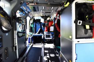 Detta ser man om man kikar in i helikoptern samma väg som patienterna förs in.