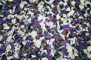 Slarvtjäll är en gammal och vanlig teknik, som i denna matta, när det gäller att återanvända gamla textilier.