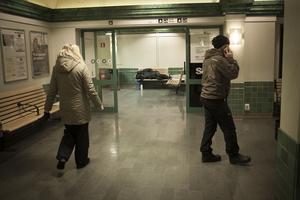 """På tågstationen i Östersund är det lugnt. En man ligger och sover på en bänk när Elisabeth Boije och Fransesco """"Cescen"""" Petrusson tittar förbi vid 22.30-tiden."""