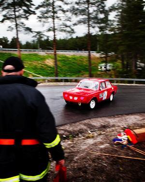 I helgen har back-SM i rally avgjorts i Sundsvall. Tobias Grundström från Junsele MS var en av många som tog den kringelkrokiga vägen uppför Södra berget. Torsten Öhlén från SHRA Sundsvall var en av många funktionärer i tjänst.