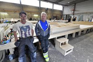 Benny Eriksson och Peter Olsson har fått jobb för tredje gången i samma fabrik i Särna. De två var med redan på sågens tid och är nu fulla av tillförsikt inför framtiden.