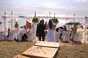 VIGSEL PÅ STRANDEN. Klockan 16 på eftermiddagen förde Hannas pappa Stefan Olsson bruden till Kevin som väntade på stranden med gästerna.