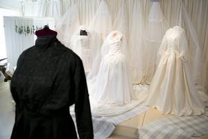 Förr var svart finfärgen, även för en brud. Ofta lånade kyrkan ut kläder. Den svarta klänningen pryddes med silver- och guldfärgade spetsar och vävda band.