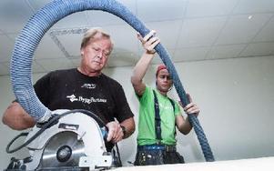 En hel del sågningsarbete blir det för Jan Hall och Patrik Rosendahl. Foto: Mikael Forslund