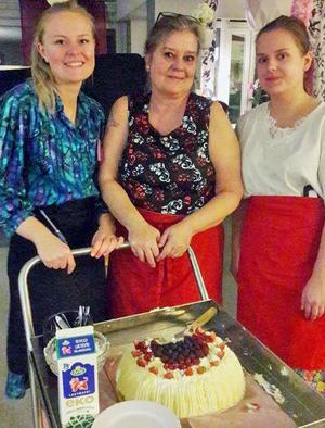 Linn, Carina och Emma serverade. De var ner i källarens klädförråd och hittade klänningar.