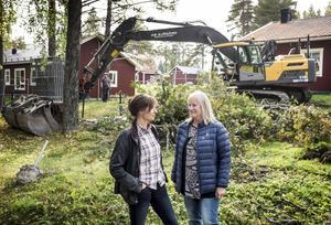 Britt-Marie Eliasson, avgående rektor på Bringåsens skola, och Anna Albertsson, förskolechef, gläds åt att markarbetet satt igång.