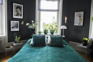 Sovrummet är ljuvligt med mycket gröna växter.