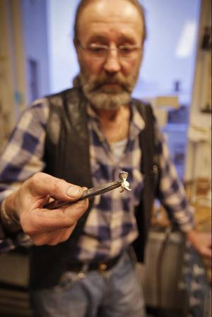 Nu kan du få en parasit runt halsen. Östersunds nya parasitsmycke, skapad av Örjan Södergren, är ett faktum.