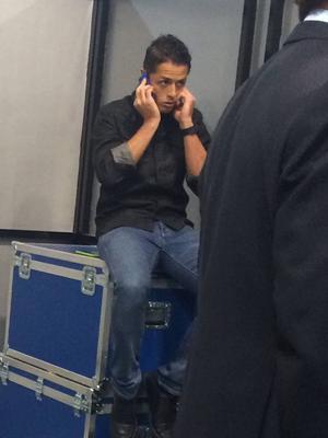 Han har just tagit Real Madrid till semifinal. Här sitter han nu på en låda och ringer familjen. Chicharito Hernandez!