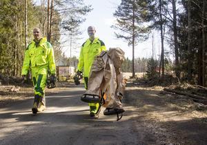 Narkossköterskan Björn Ageheim och ambulanssjukvårdaren Mattias Björk har just avslutat ett övningspass med skyddsdräkt och gasmask.