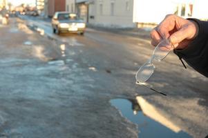 Tappade glasögon. Mannen som ramlade och höll på att bli överkörd av bussen tappade sina glasögon och glömde att ta upp dem. Tuve Säfström hittade dem senare.